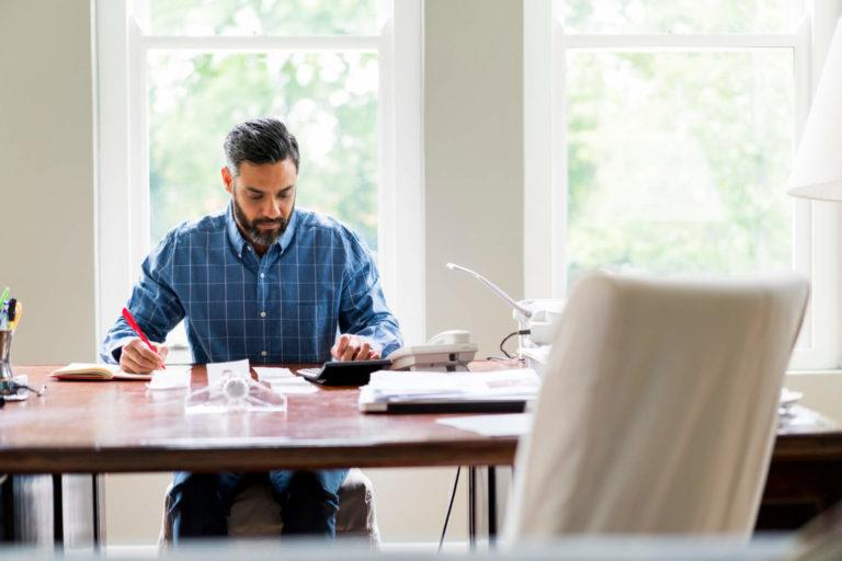 Saiba como organizar a vida financeira para investir em um seguro